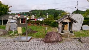 シンポジウム後の現地視察にて。飯舘村役場前